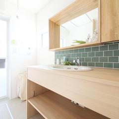 緑色のオシャレなレンガ風クロスと木目を組み合わせたシンプルな洗面所