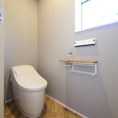 床と壁をクロスでたのしむ、ナチュラルなトイレ