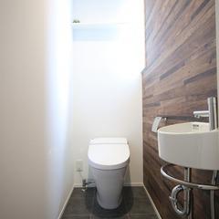 木目クロスを取り入れたモダンなトイレ