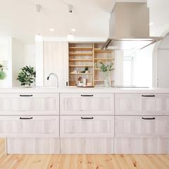 一階全体が見渡せる広々とした対面キッチン