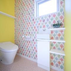 ビタミンカラーのカラフルなトイレ