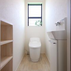 白と木目のシンプルなトイレ