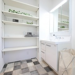白を基調とした床が印象的な洗面所