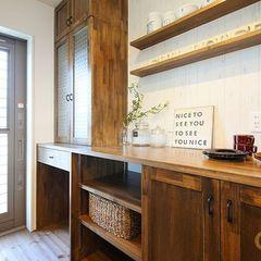 キッチンに合わせて造作したキッチンバックカップボードとカウンター収納