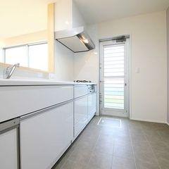 白で統一されたスタイリッシュなキッチン