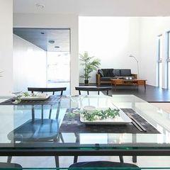 スタイリッシュなガラス天板テーブルのダイニング