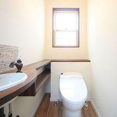 レトロでカントリーな雰囲気の手洗いのあるトイレ