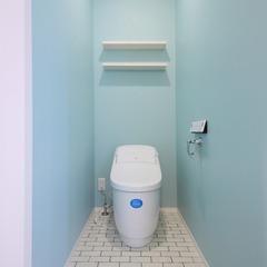 一面水色クロスで爽やかなトイレ