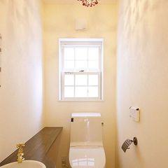 素敵な照明のついたトイレ