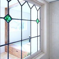 ステンドグラスも使用したおしゃれな窓