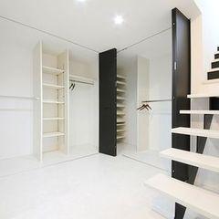 階段のアイアンと合わせ、クローゼットの扉も黒でまとめました。
