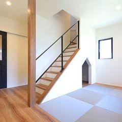 サッシやアイアンの階段、手前の壁に合わせたブラックの扉