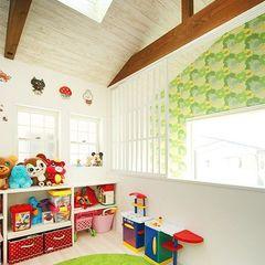 天窓から光が射し込む子供部屋
