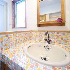 カラフルポップなモザイクタイルの洗面台