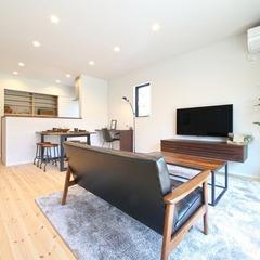 木と黒色で揃えられた統一感のある家具でおしゃれな空間に