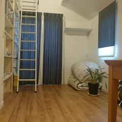 壁一面に本棚のある子供部屋