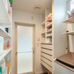 オープンな洗面台に繋がる脱衣室