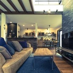 吹き抜けにそびえるテレビボードが自慢のブルックリンスタイルのお家