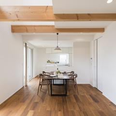 床材と家具の色を合わせたダイニング