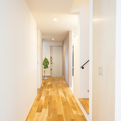 無垢フローリング 玄関から続く廊下 明るい 二世帯住宅 SAKURAIデザイン
