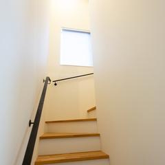 明るい階段 家で階段上り下りで運動不足解消 窓がある階段 (株)櫻井建設