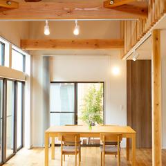 ダイニングから見える中庭 光がたっぷり明るいダイニング (株)櫻井建設