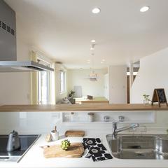 白で爽やかで明るいキッチン 光が入って明るい スーパーウォールの家 (株)櫻井建設
