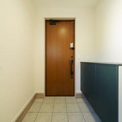 玄関収納と玄関ドア
