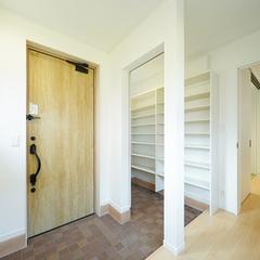 濃い色のタイルが広さを感じさせる玄関