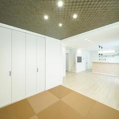 ベージュカラーの畳とアクセントクロスで仕上げるモダンな和室