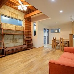 山際建設より、大谷石の壁、木のアクセントウォールなど自然素材溢れるLDK