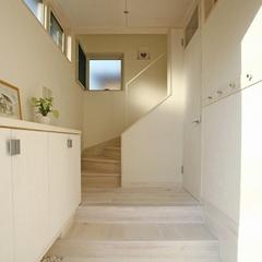 山際建設よりデザイン狭小住宅・白が基調のエントランス