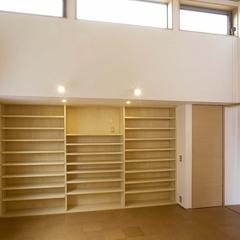 山際建設より壁一面に合わせたオリジナル本棚を設置・川口市
