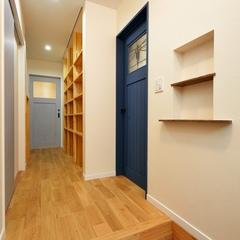 山際建設より広々とした玄関~廊下側面に造作棚をつけ、収納を確保。