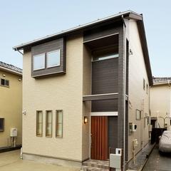 山際建設より、木製引き戸の玄関ドアがアクセントとなる外観です。
