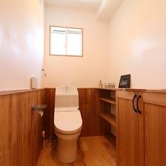山際建設より、ツートンカラーが印象的なトイレ