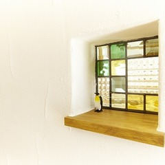 ステンドグラス窓が奏でる色がある快適な生活