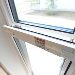 気密性、遮音性が高い上げ下げ窓のある勝手口