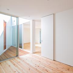角居室/中庭ウッドデッキ/高知県内の住まいづくりならウッドスタイル株式会社