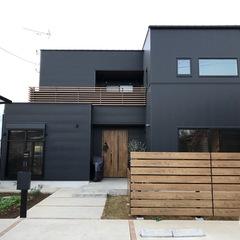 黒のガルバリウムの家