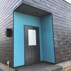 ブルーな玄関周り