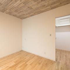 サロンや防音室を備えた西海岸風スタイルの家