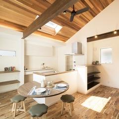 勾配天井を設けた明るい2階リビングの家