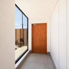 回廊型のアウトドアリビングがある家