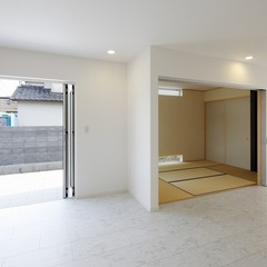 静岡市葵区 白御影の床がまぶしいモダンスタイルの家