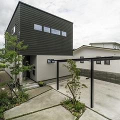 深緑のラップサイディングが印象的な外観 / 今治市 「歩と円満な家」