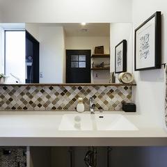 美しさと機能性を兼ね備えた洗面カウンター / 今治市 「歩と円満な家」