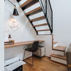 階段下を利用した書斎・ワークスペース / 今治市 「歩と円満な家」