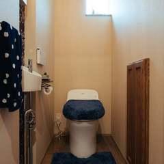 壁紙がアクセントの遊び心のあるトイレ/西条市「双葉と七色の家」