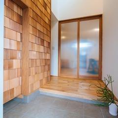 玄関からの明かりを取り入れる大きなオリジナル扉/新居浜市「由と祥雲の家」